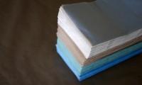Guardanapos de papel de várias cores